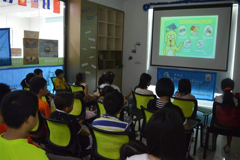 """11月8号维特国际英语携手亚洲动物基金举行""""关爱动物,善待生命""""公益活动现场。旨在向学生和孩子宣传""""关爱动物,善待生命""""的理念。 狗教授""""课程是由亚洲动物基金独创并主办的教育青少年""""关爱动物,善待生命""""的生命教育公益活动,最早在 2004 年在香港正式启动,目前已经在香港、广州、成都和深圳四个城市开展。截止 2013 年,中国大陆的狗教授活动总共为三地共 114 个学校和机构,共约 39131位儿童免费进行了培训。课程从狗"""